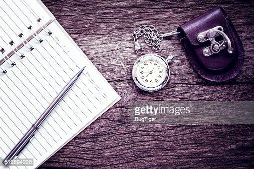 Taschenuhr auf notebook für Notizen. : Stock-Foto