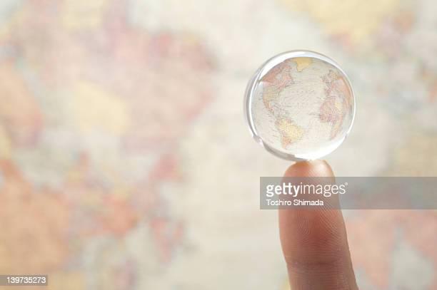 Pointing globe