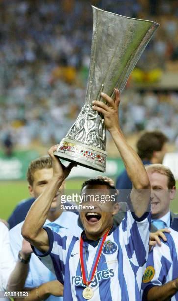 Pokal Finale 2003 Sevilla Celtic Glasgow FC Porto 23 Jubel DERLEI/Porto mit Pokal