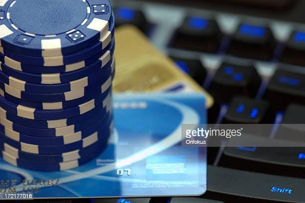 Pôquer Chips e cartões de crédito no teclado do computador, Online, Jogos de Azar