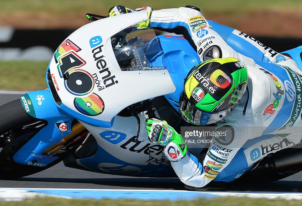 Pol Espargaro of Spain races his Kalex through a corner during practice for the Australian Moto2 Grand Prix at Phillip Island on October 18, 2013. AFP PHOTO/Paul Crock USE