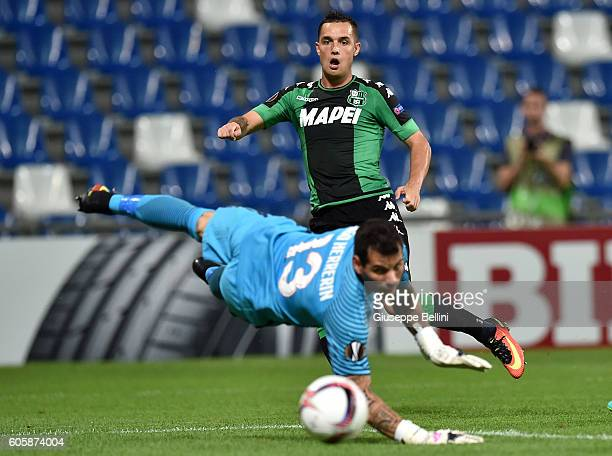 Pol Lirola of US Sassuolo Calcio scores the opening goal during the UEFA Europa League match between US Sassuolo Calcio and Athletic Club at Mapei...