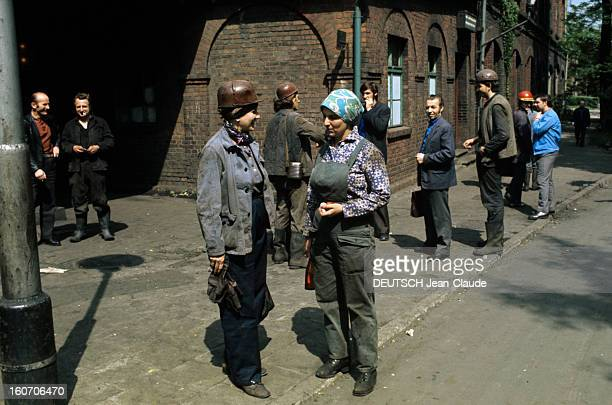 Poland Of The Minors Of Katowice Pologne Katowice 1975 Au premierplan deux femmes mineurs en tenue l'une casque sur la tête l'autre avec son repas en...
