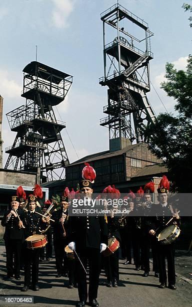 Poland Of The Minors Of Katowice Pologne Katowice 1975 La fanfare des mineurs de Katowice en costume de cérémonie coiffée de leur chapeau à huppe de...