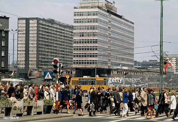 Poland Of The Minors Of Katowice Pologne Katowice 1975 La ville de Katowice un des principaux centres industriels de Pologne des citadins traversent...