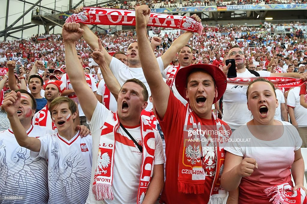 Poland supporters cheer prior to the Euro 2016 quarter-final football match between Poland and Portugal at the Stade Velodrome in Marseille on June 30, 2016. / AFP / ANNE