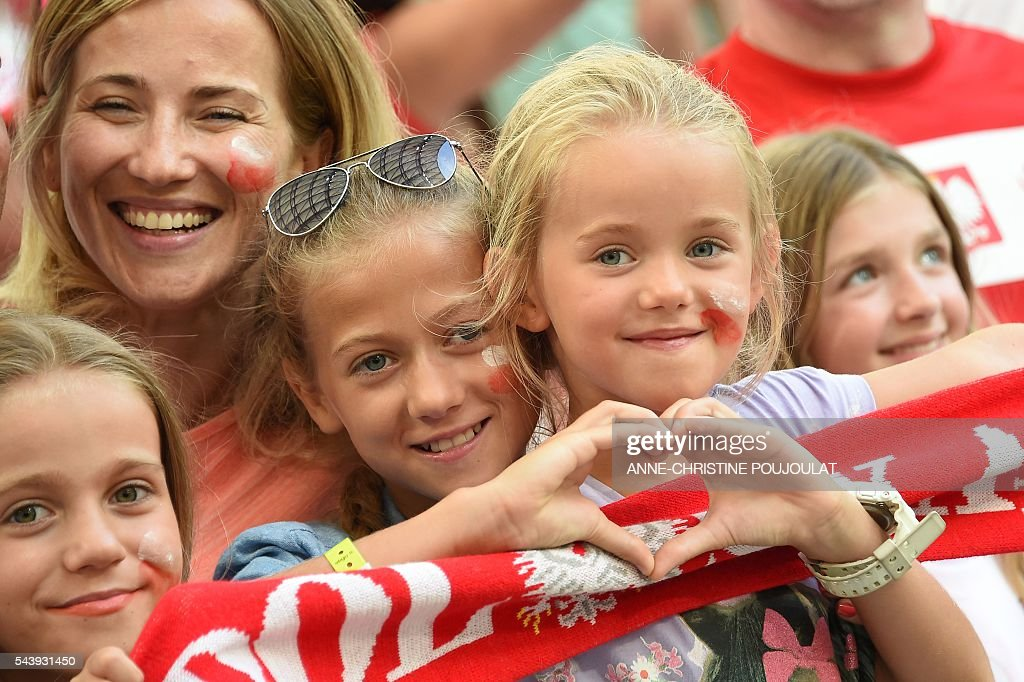 Poland supporters pose prior to the Euro 2016 quarter-final football match between Poland and Portugal at the Stade Velodrome in Marseille on June 30, 2016. / AFP / ANNE