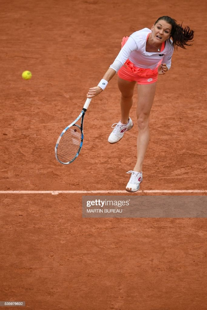Romania's Simona Halep returns the ball Australia's Samantha Stosur during their women's fourth round match at the Roland Garros 2016 French Tennis Open in Paris on May 31, 2016. / AFP / MARTIN