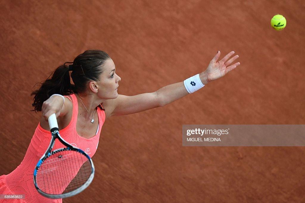 Poland's Agnieszka Radwanska serves the ball to Bulgaria's Tsvetana Pironkova during their women's fourth round match at the Roland Garros 2016 French Tennis Open in Paris on May 29, 2016. / AFP / MIGUEL