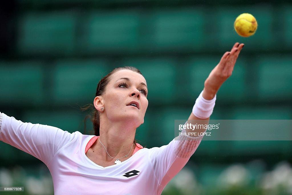 Poland's Agnieszka Radwanska serves the ball to Bulgaria's Tsvetana Pironkova during their women's fourth round match at the Roland Garros 2016 French Tennis Open in Paris on May 31, 2016. / AFP / PHILIPPE