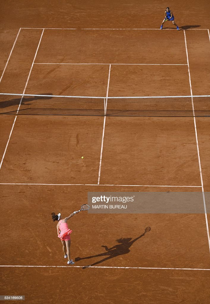 Poland's Agnieszka Radwanska serves the ball to France's Caroline Garcia during their women's second round match at the Roland Garros 2016 French Tennis Open in Paris on May 25, 2016. / AFP / MARTIN