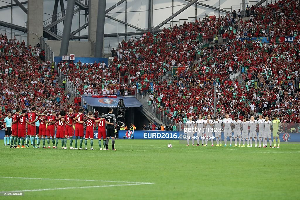 Poland's and Portugal's players line up during a moment of applause in memory of victims of the Istanbul airport attack prior to the Euro 2016 quarter-final football match between Poland and Portugal at the Stade Velodrome in Marseille on June 30, 2016. / AFP / Valery HACHE