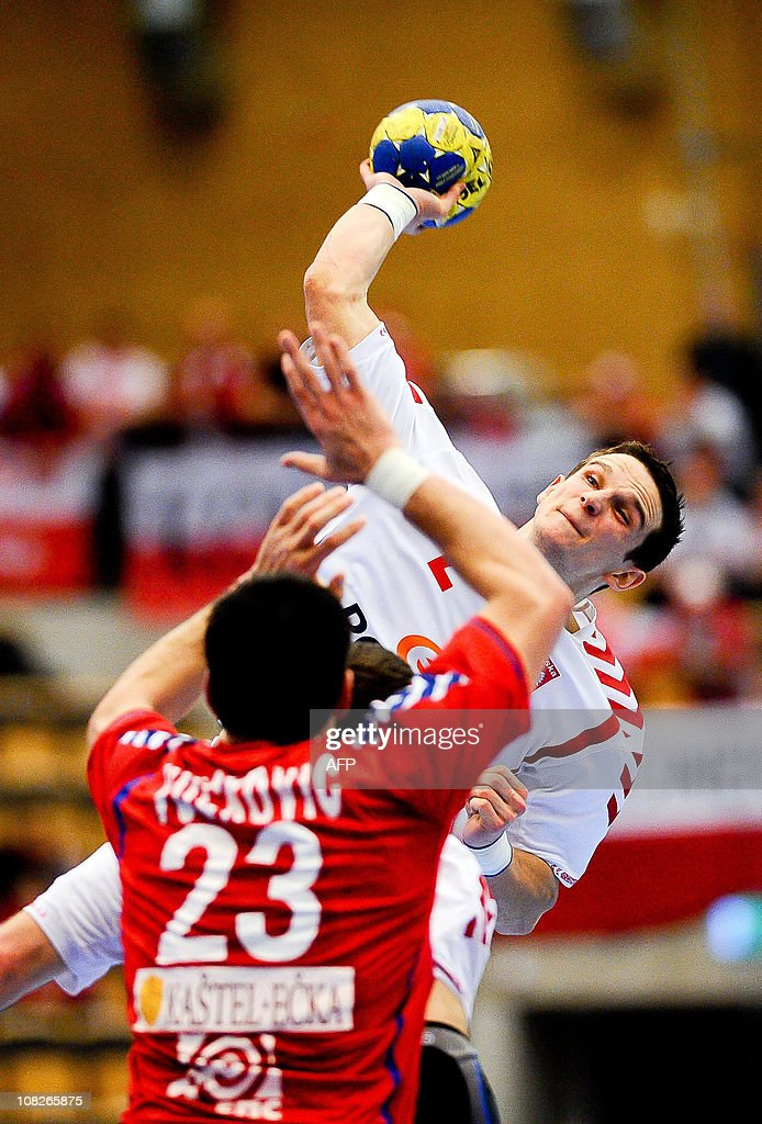 Poland's Bartlomiej Jaszka (back) shoots next to Serbia's Nenad Vuckovic during the 22nd men's Handball World Championship Group match in Lund, on January 23, 2011.