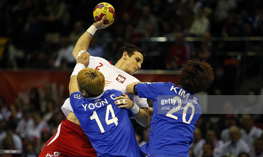 Poland's centre back Bartlomiej Jaszka (C) vies with Korea's back Yoon Ci-Yoel and Korea's right back Kim Se-Ho (L) during the 23rd Men's Handball World Championships preliminary round Group C match Poland vs South Korea at the Pabellon Principe Felipe in Zaragoza on January 19, 2013. AFP PHOTO / JOSE JORDAN