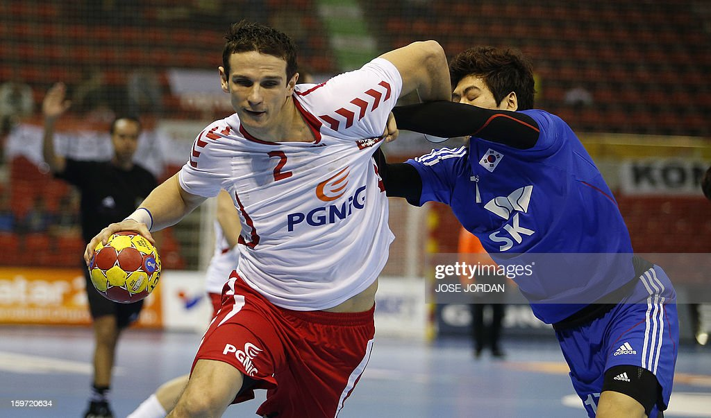 Poland's centre back Bartlomiej Jaszka (L) vies with Korea's left wing Jeong Han during the 23rd Men's Handball World Championships preliminary round Group C match Poland vs South Korea at the Pabellon Principe Felipe in Zaragoza on January 19, 2013. AFP PHOTO/ JOSE JORDAN