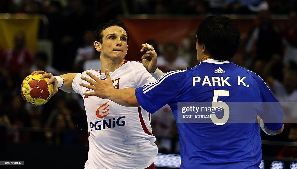 Poland's centre back Bartlomiej Jaszka (L) vies with Korea's pivot Park Kyung-Suk during the 23rd Men's Handball World Championships preliminary round Group C match Poland vs South Korea at the Pabellon Principe Felipe in Zaragoza on January 19, 2013. AFP PHOTO/ JOSE JORDAN