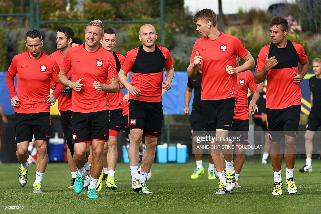 Poland's defender Kamil Glik (3L), Poland's defender Michal Pazdan (C) and Poland's defender Jakub Wawrzyniak (2R) take part in a training session at the Robert-Louis-Dreyfus stadium in Marseille, southeastern France, on June 29, 2016, on the eve of their Euro 2016 quarter-final football match against Portugal. / AFP / ANNE