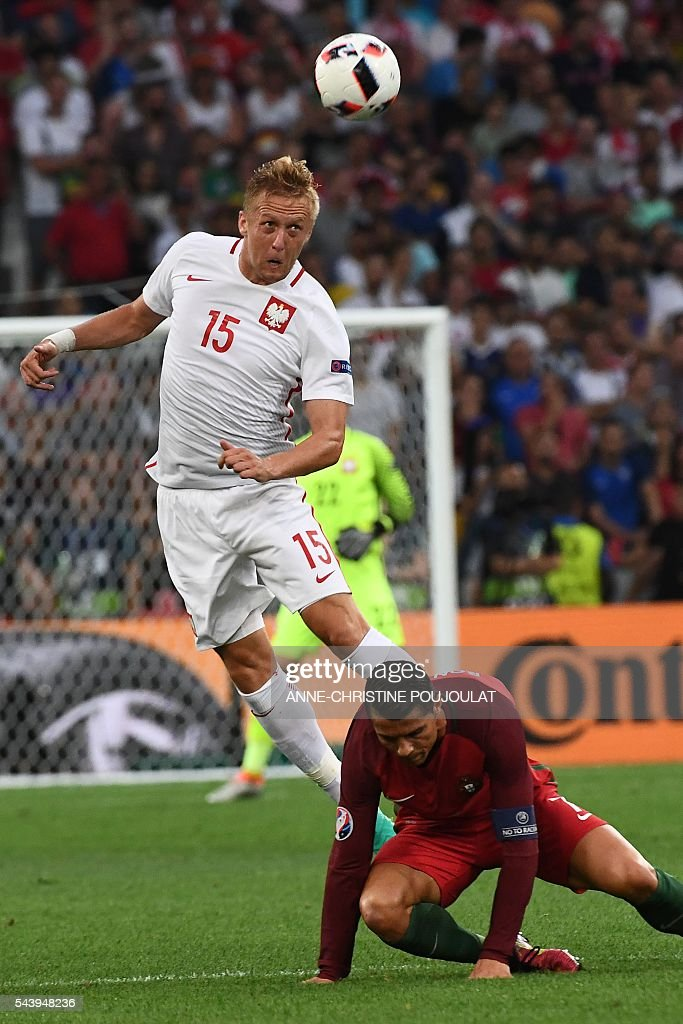 Poland's defender Kamil Glik (L) vies for the ball with Portugal's forward Cristiano Ronaldo during the Euro 2016 quarter-final football match between Poland and Portugal at the Stade Velodrome in Marseille on June 30, 2016. / AFP / ANNE