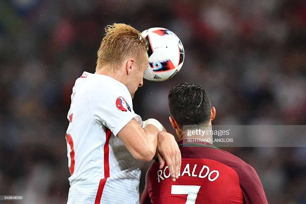 Poland's defender Kamil Glik (L) vies for the ball with Portugal's forward Cristiano Ronaldo during the Euro 2016 quarter-final football match between Poland and Portugal at the Stade Velodrome in Marseille on June 30, 2016. / AFP / BERTRAND