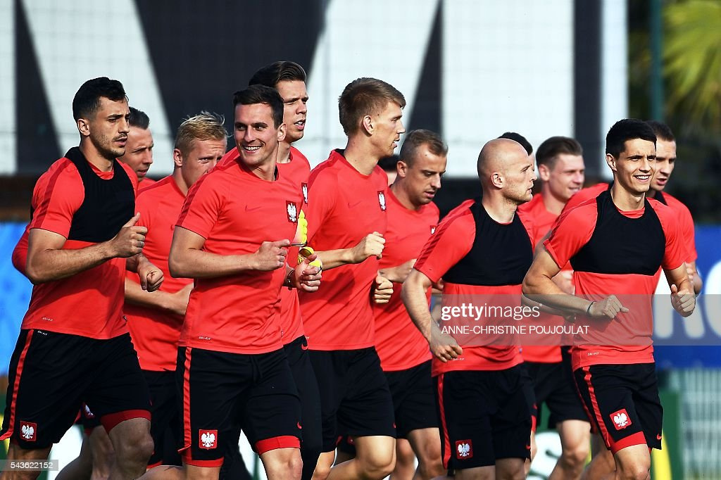 Poland's forward Arkadiusz Milik (2L) runs with teammates during a training session at the Robert-Louis-Dreyfus stadium in Marseille, southeastern France, on June 29, 2016, on the eve of their Euro 2016 quarter-final football match against Portugal. / AFP / ANNE