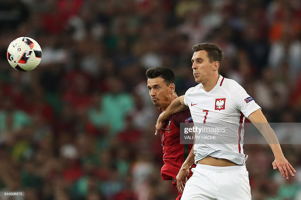 Poland's forward Arkadiusz Milik (L) vies with Portugal's defender Fonte during the Euro 2016 quarter-final football match between Poland and Portugal at the Stade Velodrome in Marseille on June 30, 2016. / AFP / Valery HACHE