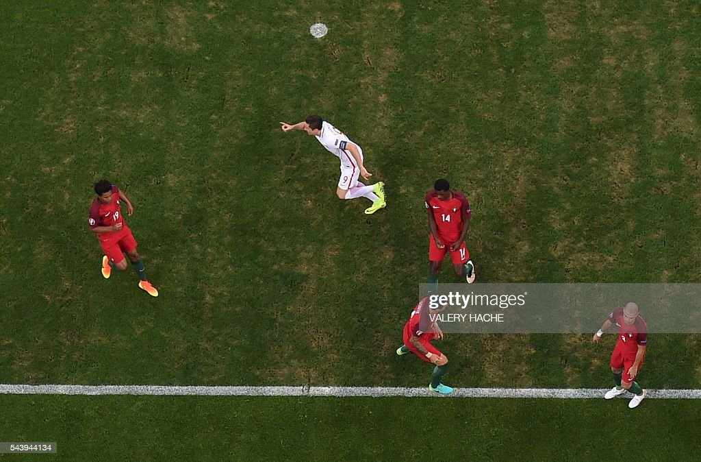 Poland's forward Robert Lewandowski (C) celebrates after scoring the first goal during the Euro 2016 quarter-final football match between Poland and Portugal at the Stade Velodrome in Marseille on June 30, 2016. / AFP / Valery HACHE