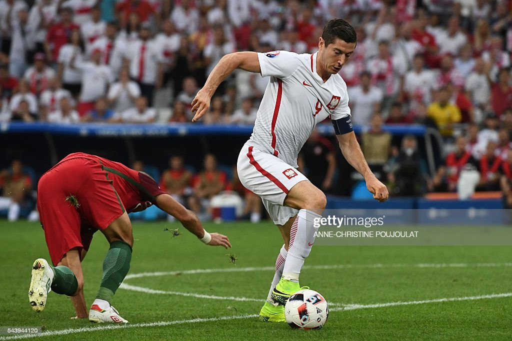 Poland's forward Robert Lewandowski (R) controls the ball during the Euro 2016 quarter-final football match between Poland and Portugal at the Stade Velodrome in Marseille on June 30, 2016. / AFP / ANNE