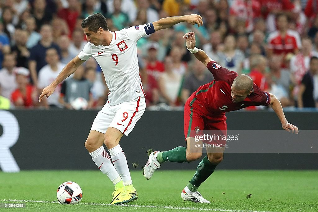 Poland's forward Robert Lewandowski (L) vies with Portugal's defender Pepe during the Euro 2016 quarter-final football match between Poland and Portugal at the Stade Velodrome in Marseille on June 30, 2016. / AFP / Valery HACHE