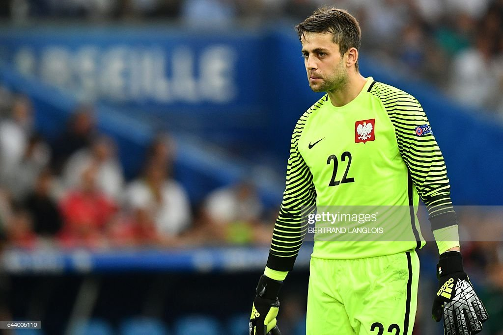 Poland's goalkeeper Lukasz Fabianski reacts during the Euro 2016 quarter-final football match between Poland and Portugal at the Stade Velodrome in Marseille on June 30, 2016. / AFP / BERTRAND