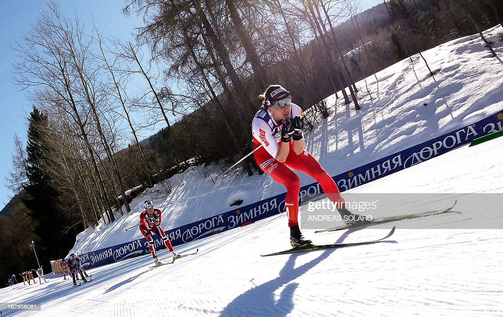 Poland's Justyna Kowalczyk (R) competes, followed by Norway's Marit Bjoergen, during the Women's Cross Country 30 km Classic race of the FIS Nordic World Ski Championships on March 2, 2013 at Val Di Fiemme Cross Country stadium in Cavalese, northern Italy.