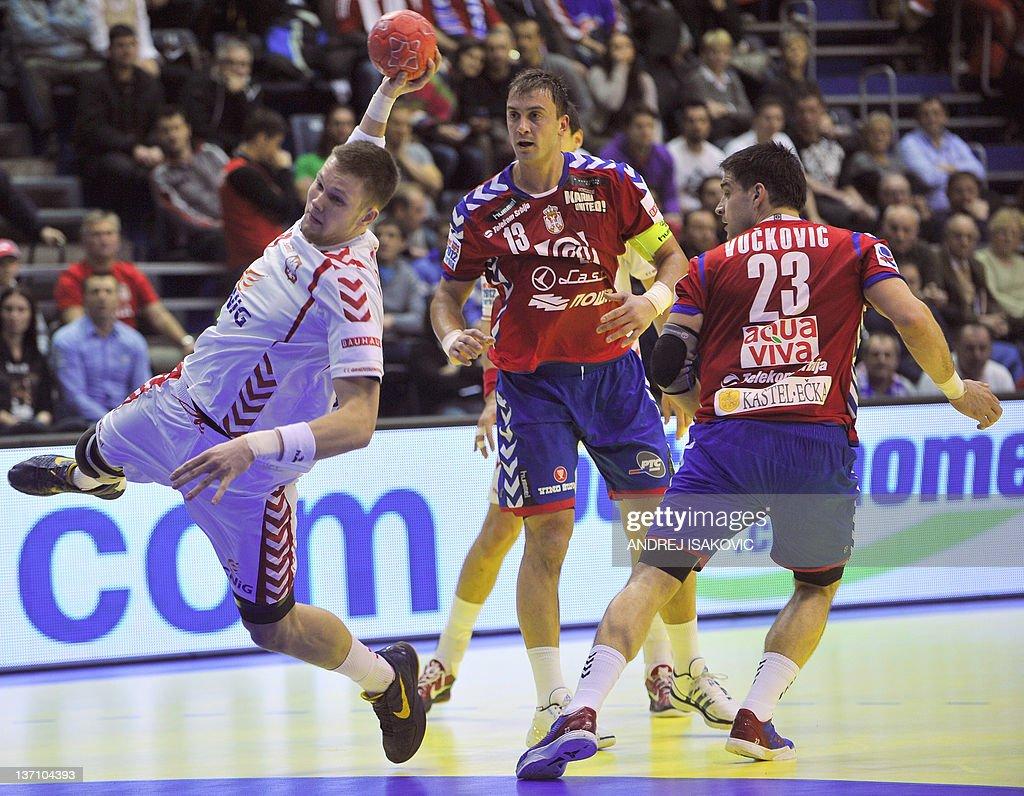 Poland's Kamil Syprzak (L) shoots past Serbia's Momir Ilic (C) and Nenad Vuckovic during their 10th EHF European 2012 Men's Handball Championship match at the Pionir Arena in Belgrade on January 15, 2012.