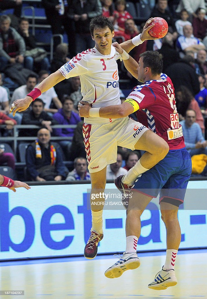Poland's Krzysztof Lijewski (L) vies with Serbia's Momir Ilic during their 10th EHF European 2012 Men's Handball Championship match at the Pionir Arena in Belgrade on January 15, 2012. AFP PHOTO / ANDREJ ISAKOVIC