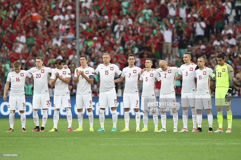 Poland's midfielder Jakub Blaszczykowski, Poland's defender Lukasz Piszczek, Poland's midfielder Grzegorz Krychowiak, Poland's forward Robert Lewandowski, Poland's defender Kamil Glik, Poland's forward Arkadiusz Milik, Poland's midfielder Krzysztof Maczynski, Poland's defender Michal Pazdan, Poland's defender Artur Jedrzejczyk, Poland's midfielder Kamil Grosicki and Poland's goalkeeper Lukasz Fabianski line up during a moment of applause in memory of victims of the Istanbul airport attack prior to the Euro 2016 quarter-final football match between Poland and Portugal at the Stade Velodrome in Marseille on June 30, 2016. / AFP / Valery HACHE