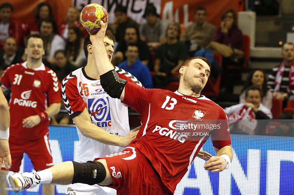 Poland's pivot Bartosz Jurecki (R) shoots past Serbia's right back Zelnovic Nemanja (L) during the 23rd Men's Handball World Championships preliminary round Group C match Poland vs Serbia at the Pabellon Principe Felipe in Zaragoza on January 17, 2013. AFP PHOTO/ JOSE JORDAN