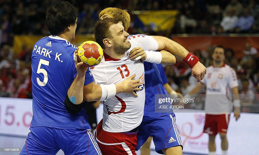 Poland's pivot Bartosz Jurecki (C) vies with Korea's back Yoon Ci-Yoel and Korea's pivot Park Kyung-Suk (L) during the 23rd Men's Handball World Championships preliminary round Group C match Poland vs South Korea at the Pabellon Principe Felipe in Zaragoza on January 19, 2013.