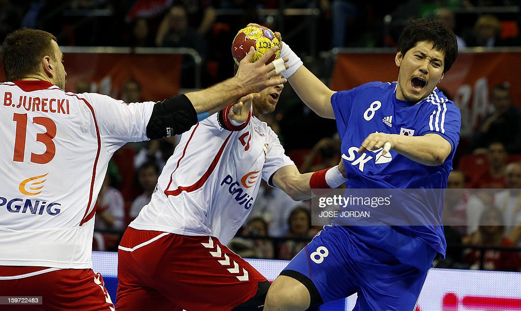 Poland's pivot Kamil Syprzak and Poland's pivot Bartosz Jurecki (L) vies with Korea's pivot Park Jung-Geu during the 23rd Men's Handball World Championships preliminary round Group C match Poland vs South Korea at the Pabellon Principe Felipe in Zaragoza on January 19, 2013.
