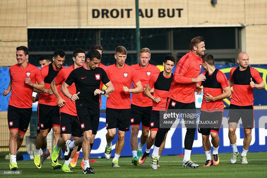 Poland's players run during a training session at the Robert-Louis-Dreyfus stadium in Marseille, southeastern France, on June 29, 2016, on the eve of their Euro 2016 quarter-final football match against Portugal. / AFP / ANNE