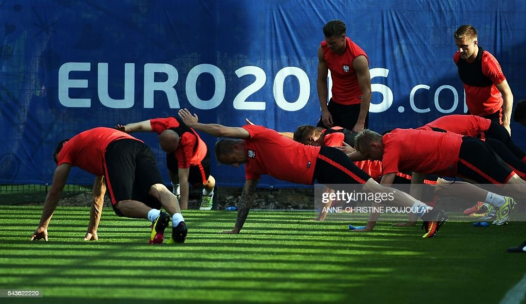 Poland's players take part in a training session at the Robert-Louis-Dreyfus stadium in Marseille, southeastern France, on June 29, 2016, on the eve of their Euro 2016 quarter-final football match against Portugal. / AFP / ANNE