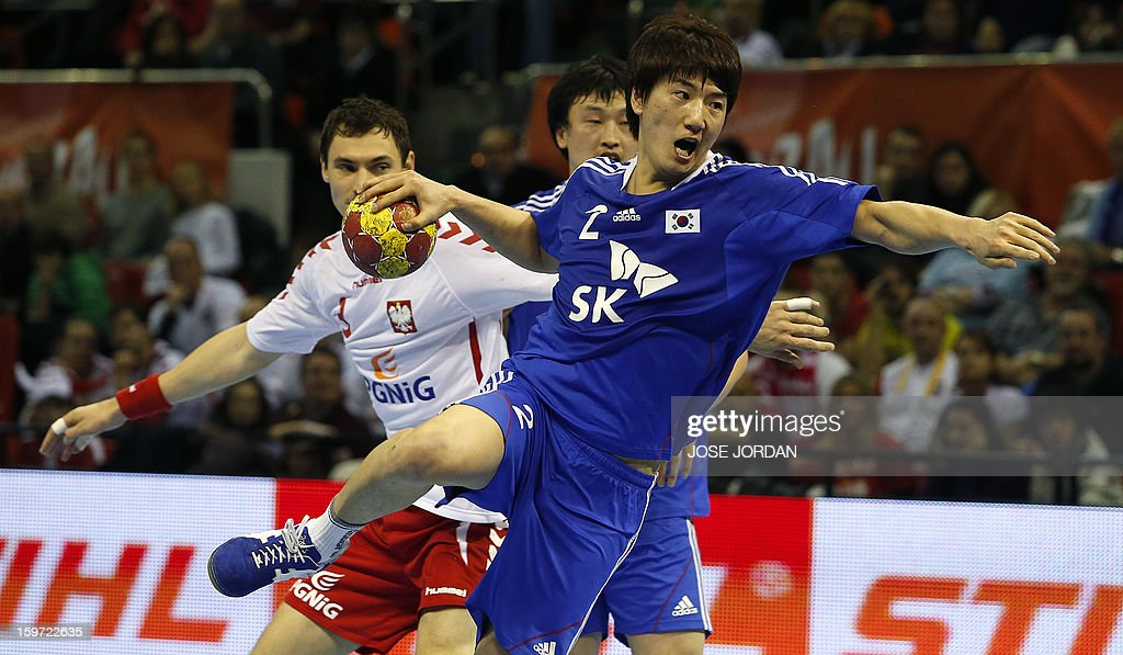 Poland's right back Krzystof Lijewski (L) vies with Korea's centre back Jeong Yi-Kyeong during the 23rd Men's Handball World Championships preliminary round Group C match Poland vs South Korea at the Pabellon Principe Felipe in Zaragoza on January 19, 2013.