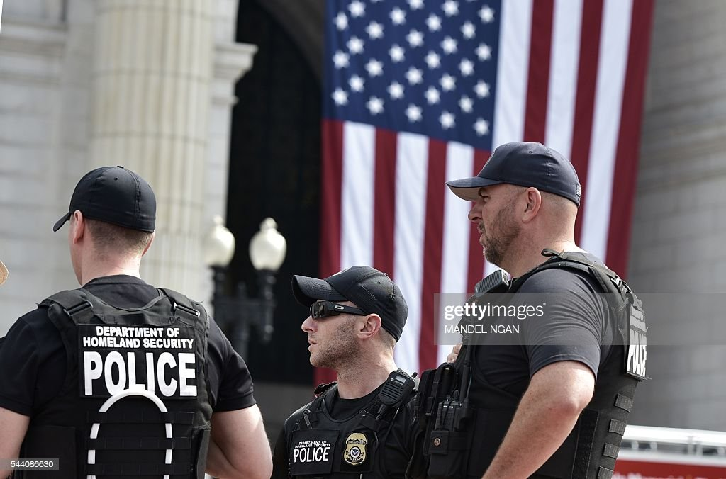 Police are seen in front of Union Station on July 1, 2016, ahead of the Independence Day holiday weekend, in Washington, DC. / AFP / Mandel Ngan