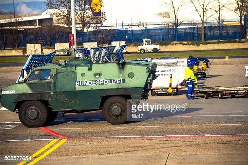 警察の装甲保護車でフランクフルト国際空港 : ストックフォト