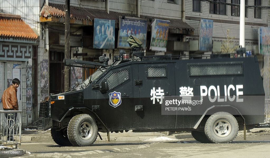 A police armoured personnel carrier sits on a street the county town of Banma in China's northwest Qinghai province on March 10, 2012. Chinese President Hu Jintao stressed the need to maintain stability in Tibet as he met legislators from the restive region, following a spate of self-immolations in Tibetan-inhabited areas. AFP PHOTO/Peter PARKS