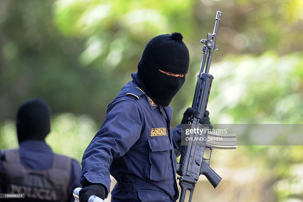 Police carry out an anti-maras operation in Tegucigalpa, on November 23, 2012. Honduras has one of the world highest murder rates. AFP PHOTO/Orlando SIERRA.