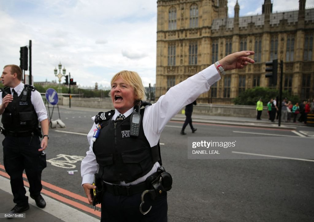 Police clear Westminster Bridge, close to the Palace of Westminster after a car is found abandoned, in central London on June 28, 2016. The bridge was closed to tarffic and pedestrians while the police sent a robot to check on the vehicle on Tuesday afternoon. / AFP / DANIEL