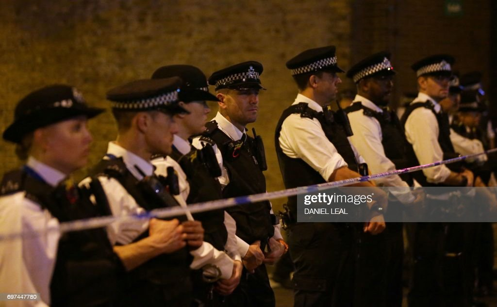 TOPSHOT - Police cordon off a street in the Finsbury Park area of north London after a vehichle hit pedestrians, on June 19, 2017. One person has been arrested after a vehicle hit pedestrians in north London, injuring several people, police said Monday, as Muslim leaders said worshippers were mown down after leaving a mosque. / AFP PHOTO / Daniel LEAL
