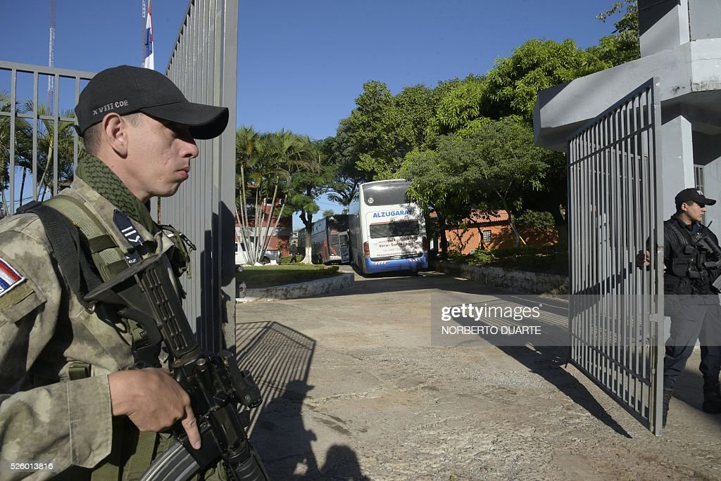 Police custody the FOPE specialized police headquarters premises where a group of 237 footbal fans of Argentine club Boca Juniors remain detained, in Asuncion, on April 29, 2016. The fans where arrested on charges of vandalism at the end of the Boca juniors vs Cerro Porteno Libertadores Cup match on the eve. / AFP / NORBERTO