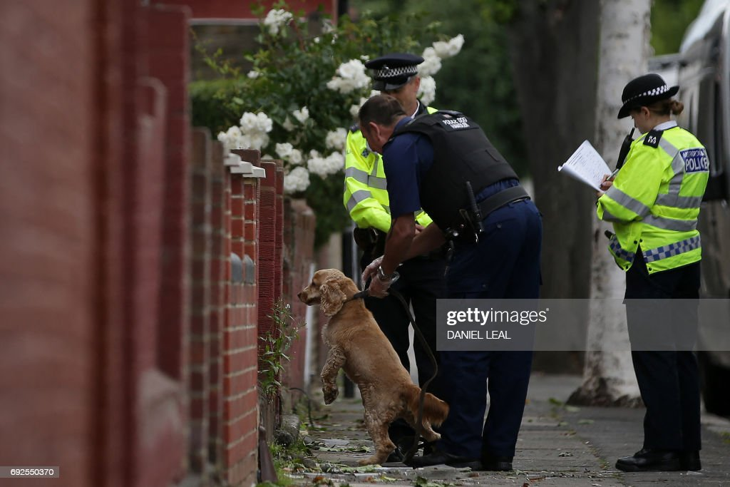 A Police dog handler arrives to work at residential property in east London on June 5, 2017, following a raid, as their investigations continue following the June 3 terror attacks in central London. Police carried out fresh raids and arrested 'a number of people' on Monday after the Islamic State group claimed an attack by three men who mowed down and stabbed revellers in London on June 3, killing seven people, before being shot dead by officers. / AFP PHOTO / Daniel LEAL