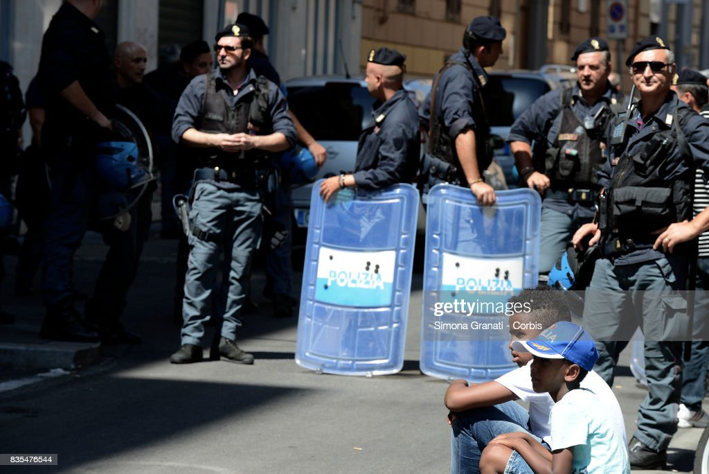 Police evict approx 500 Eritrean and Somali refugees form an occupied building in Piazza Indipendenza where approx 500 Eritrean and Somali refugees were living on August 19, 2017 in Rome, Italy.