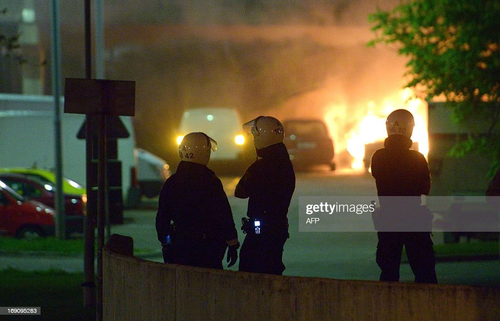 Police faces youths rioting in northern Stockholm on Sunday night and early morning Monday on May 20, 2013, setting fire to cars and throwing rocks at police, in what is believed to be a protest against the fatal police shooting of a machete-wielding man in the suburb last week. AFP PHOTO/ SCANPIX SWEDEN/ SWEDEN OUT