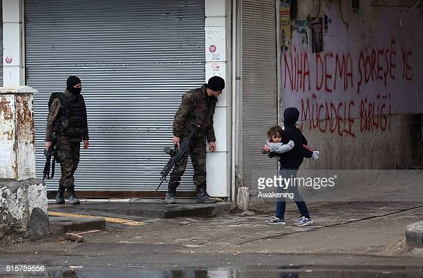 Police forces look for PKK members after fighting between members of the PKK and the police on March 15 2016 in Diyarbakir Turkey Heavy fighting...